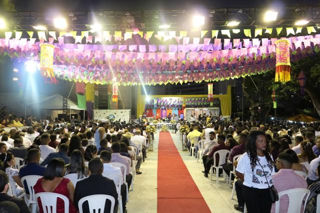 Casamento coletivo celebra a união de mais de 250 casais