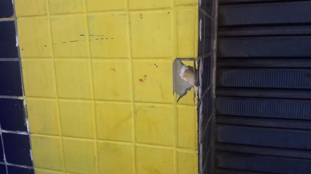 Vítima reage a assalto e efetua disparos em frente a agência bancária