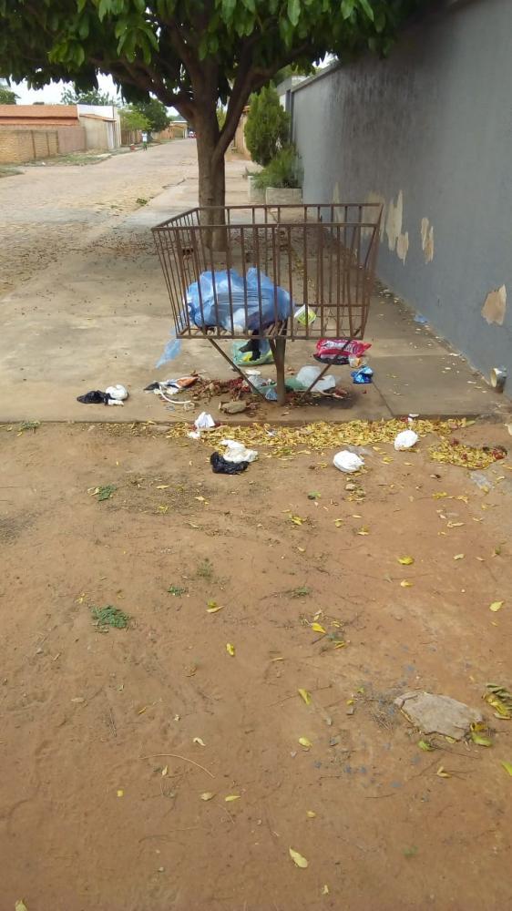 Moradores reclamam sobre a limpeza pública.